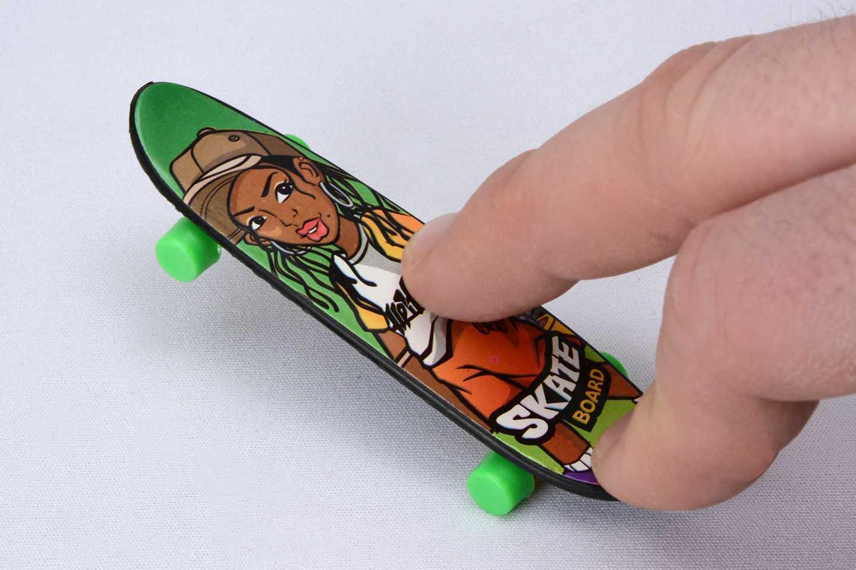Finger-Skateboard action